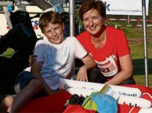 Petra Blome aus der Bremer Neusatdt freut sich auf ihren Start über fünf Kilometer und die Unterstützung ihres Sohnes Luis (9). © Foto: Krause